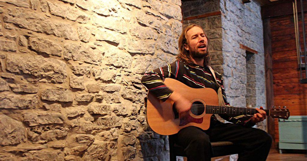 Photo de Charles Ostiguy à la guitare à Québec