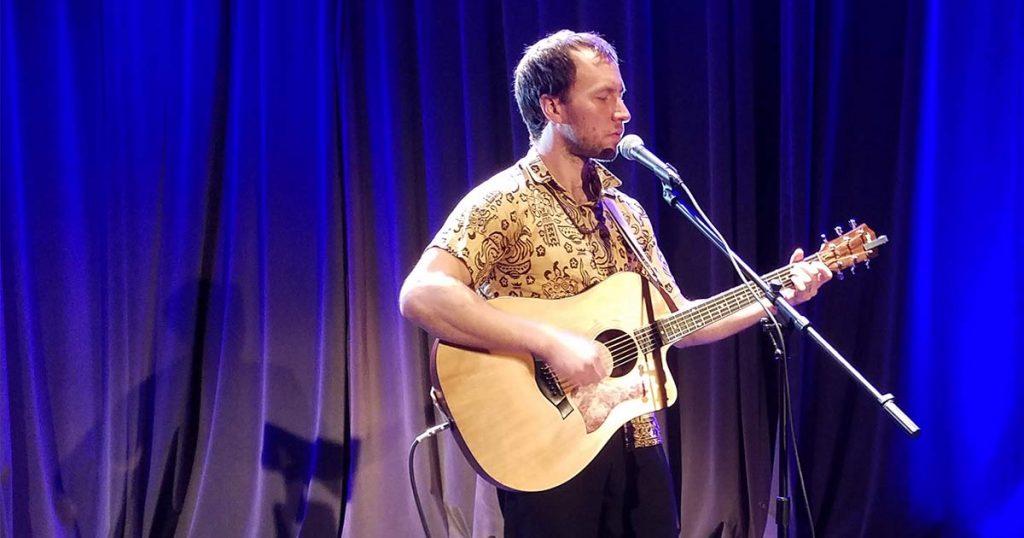 Charles Ostiguy à la guitare et à la voix, chansonnier