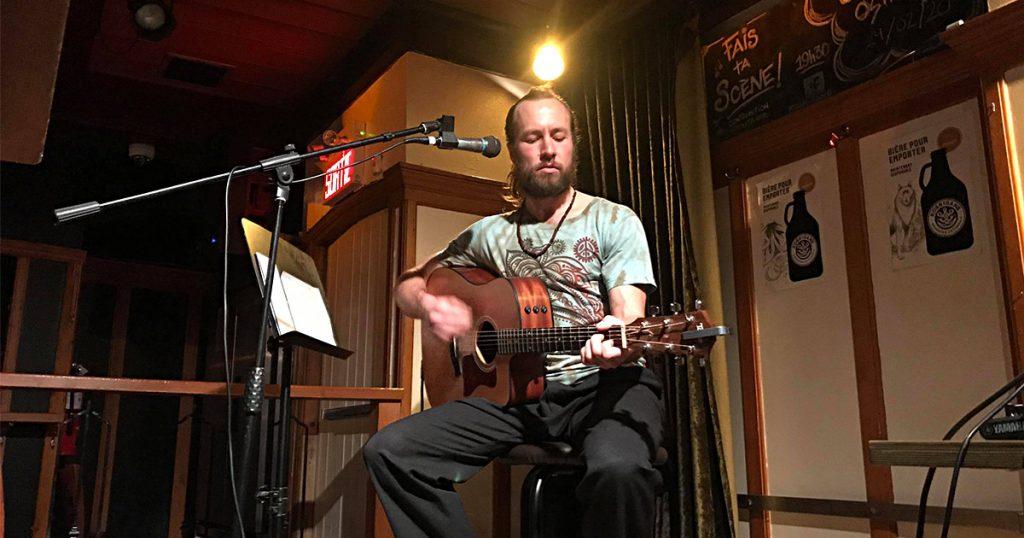 Charles Ostiguy en spectacle à la guitare et à la voix à Québec