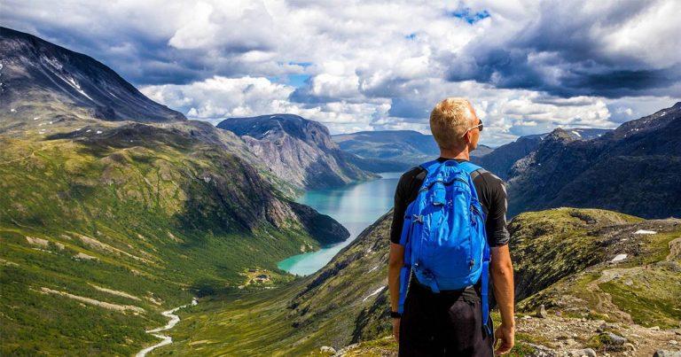 Randonneur au sommet d'une montagne pour représenter la confiance