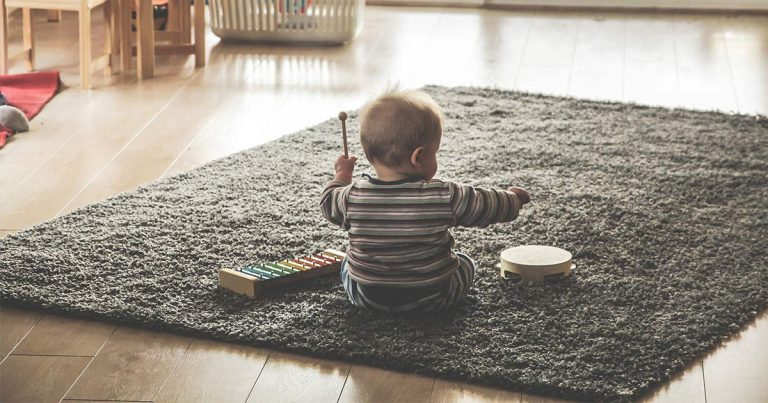 Enfant qui joue de la tambourine